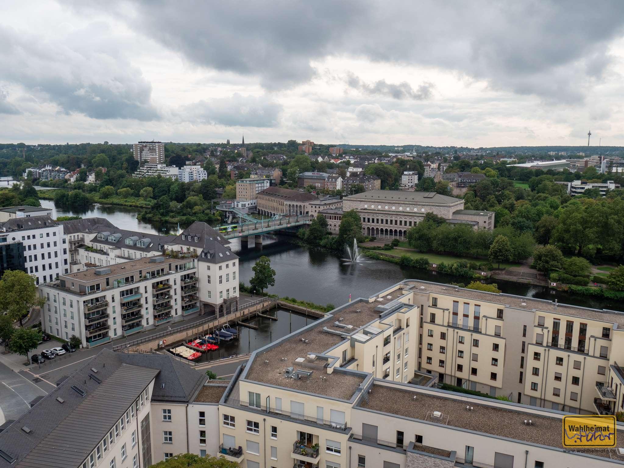 Blick aus luftiger Höhe auf die Stadthalle.