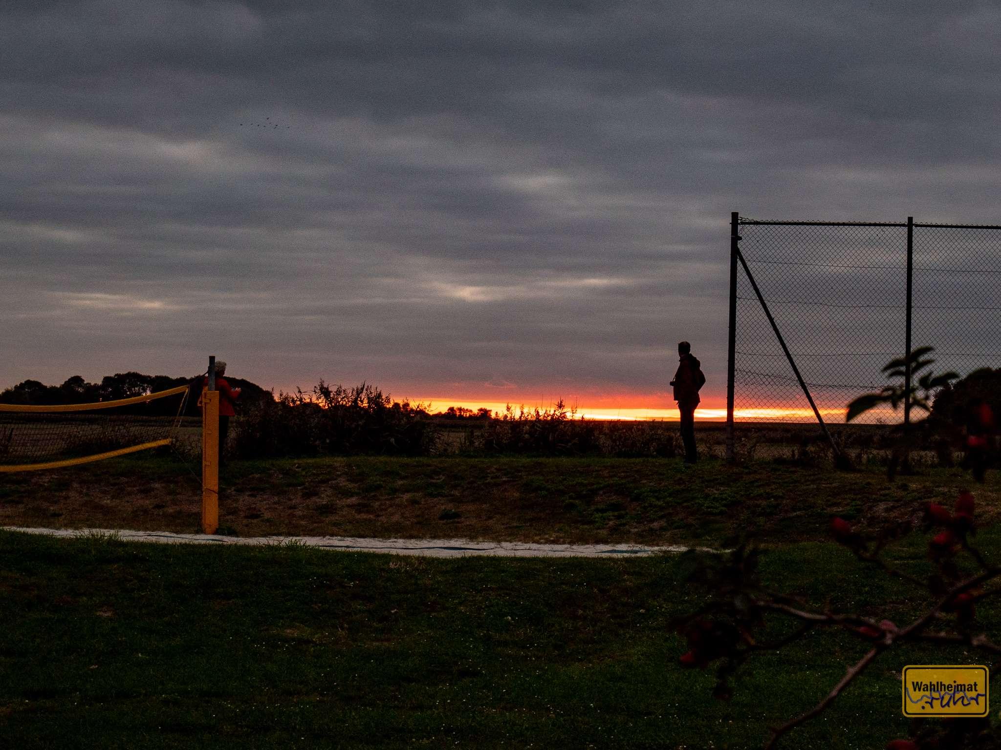 Elke und Jürgen genießen den Sonnenuntergang.
