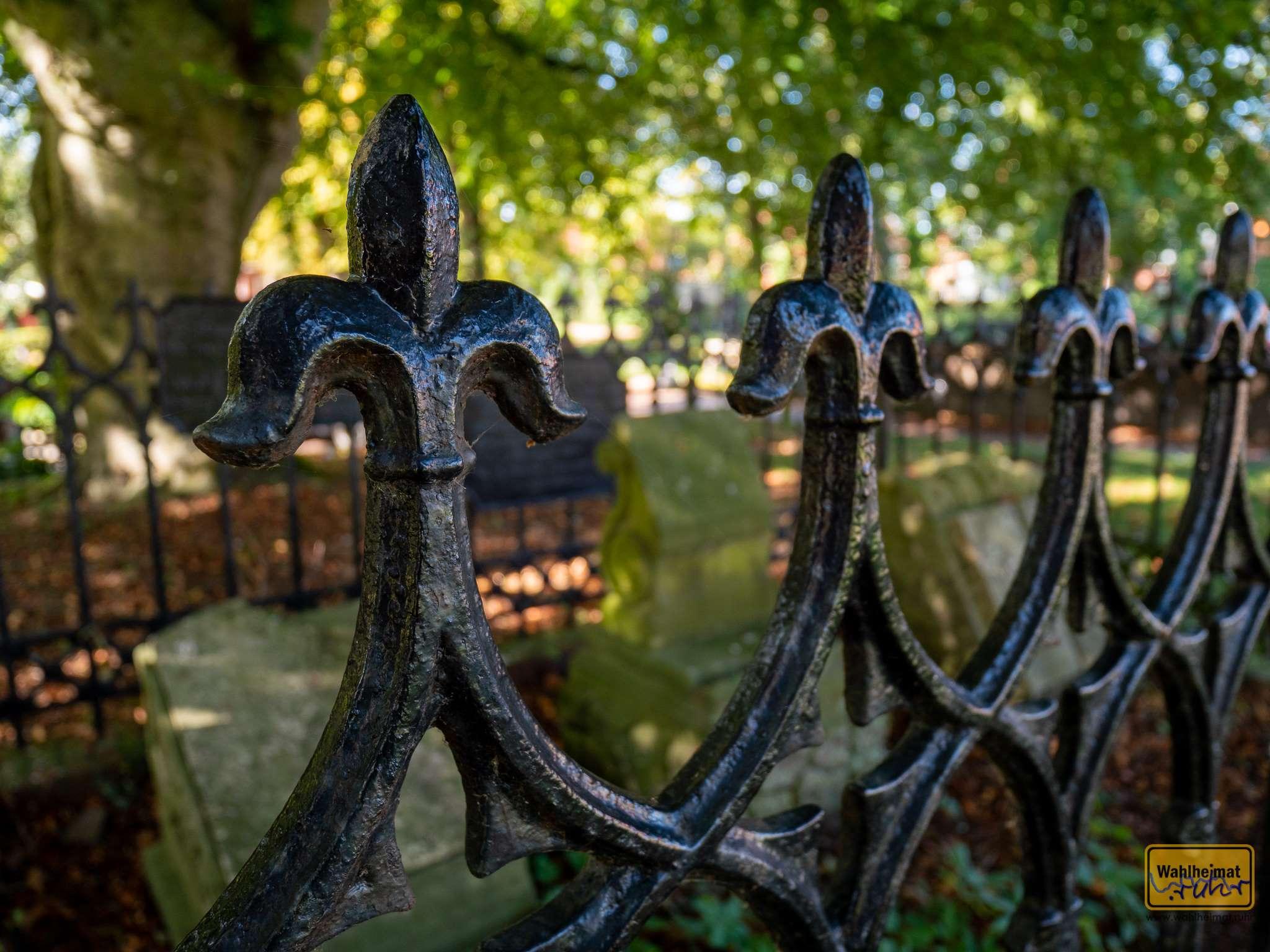 Auf dem Friedhof der Greetsieler Kirche.