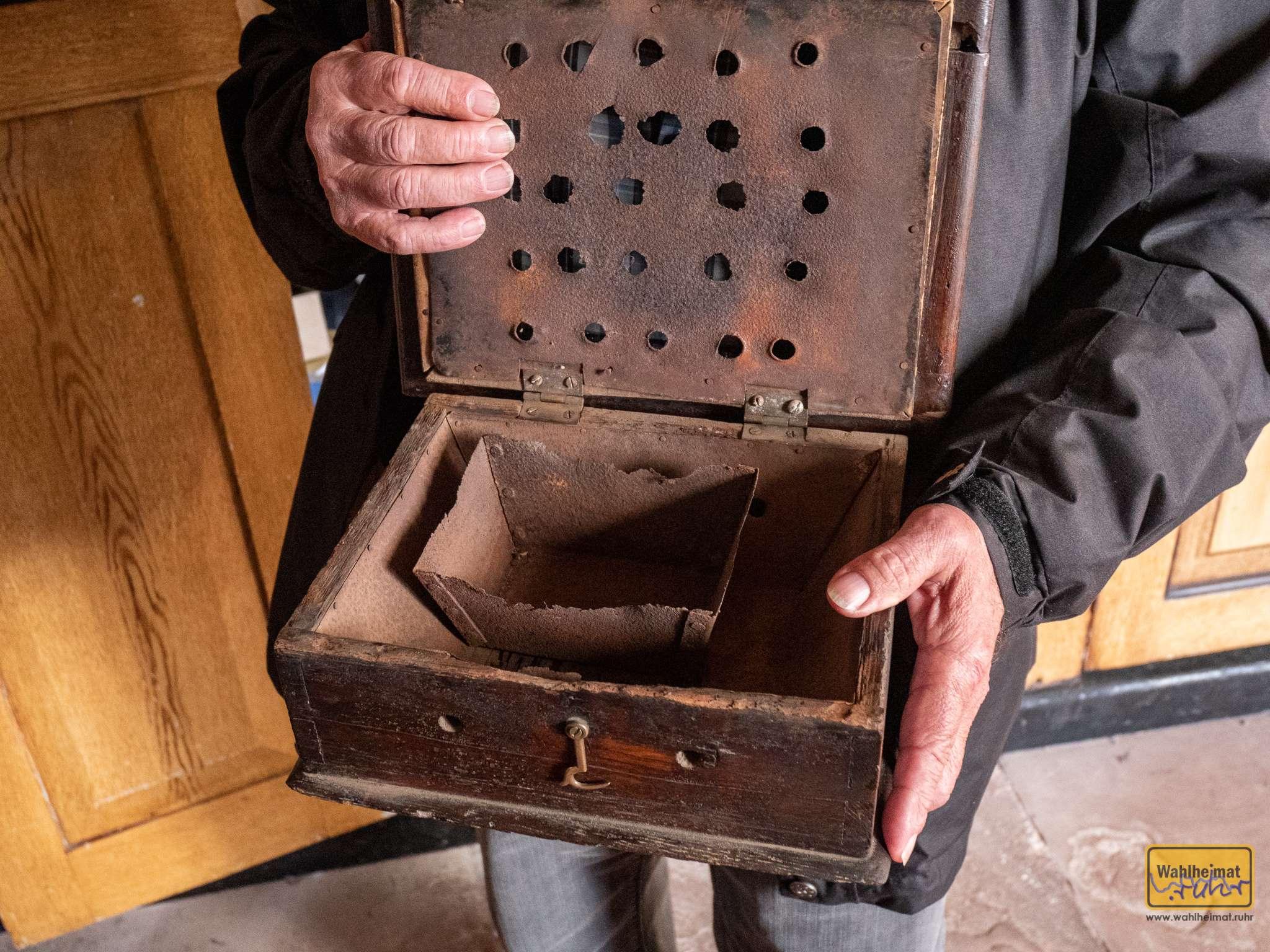Hiermit wurde früher unterm Rock der Damen in der kalten Kirche geheizt, so eine Art Taschenwärmer in groß.
