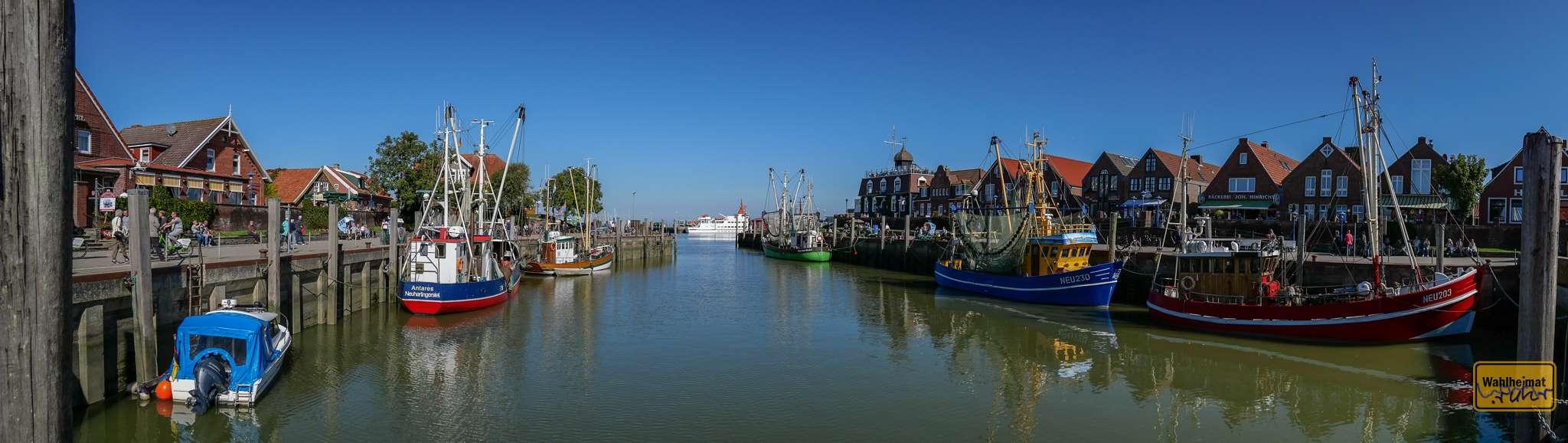 Malerisch: der Hafen Neuharlingersiel mit seinen bunten Schiffen.