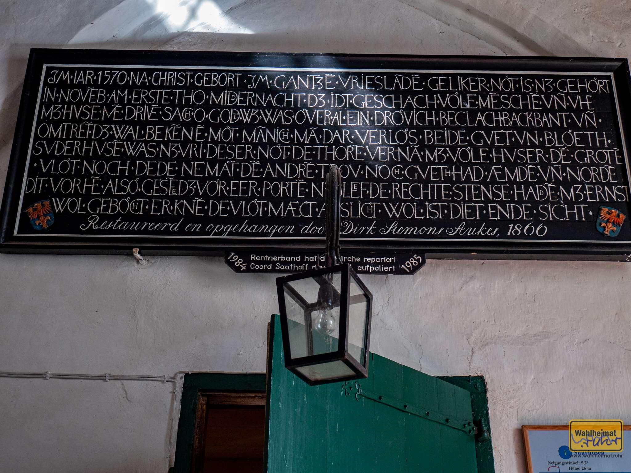 Spruch über der Tür zum Kircheninneren, er erinnert an die letzte Renovierung.