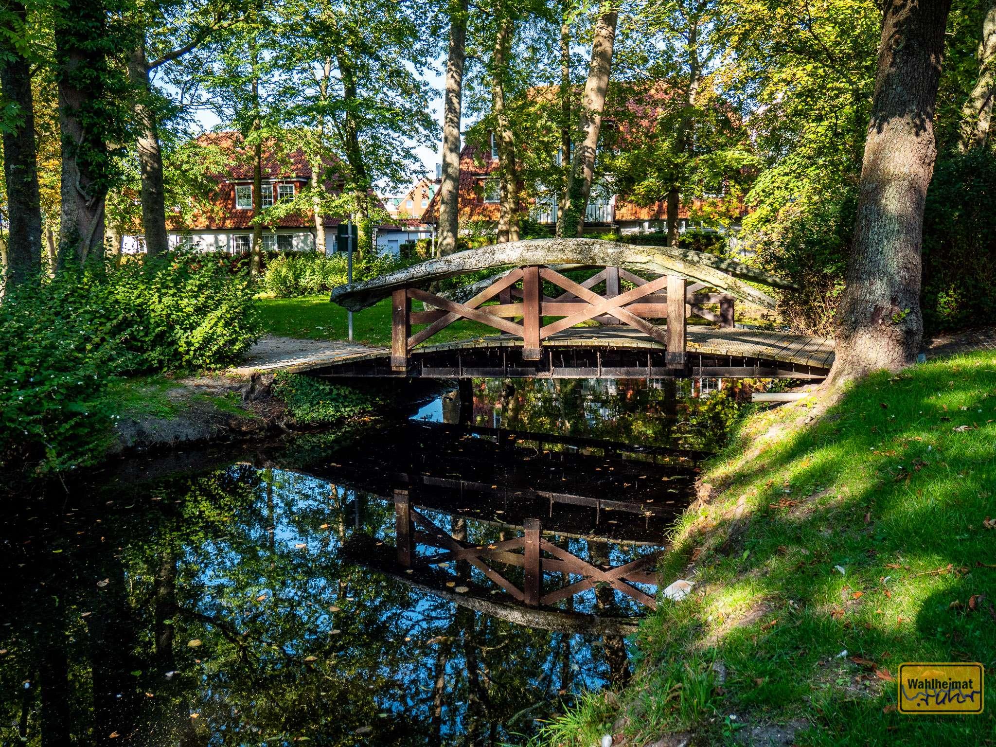 Ein bißchen schaurig ist diese Erinnerung an vergangene Zeiten: das Geländer dieser Brücke im Sielhofpark besteht aus Walknochen.