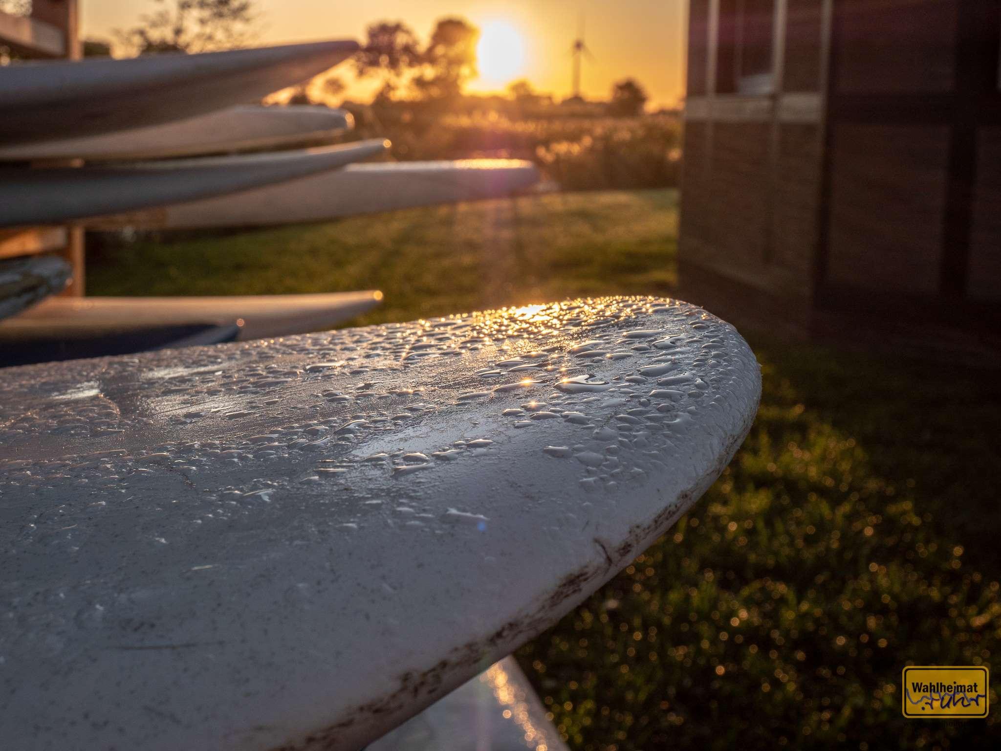 SUPs (Stand-Up-Paddel-Boards) im morgendlichen Sonnenlicht. Kanus und SUPs können im Resort übrigens gegen Gebühr geliehen werden.