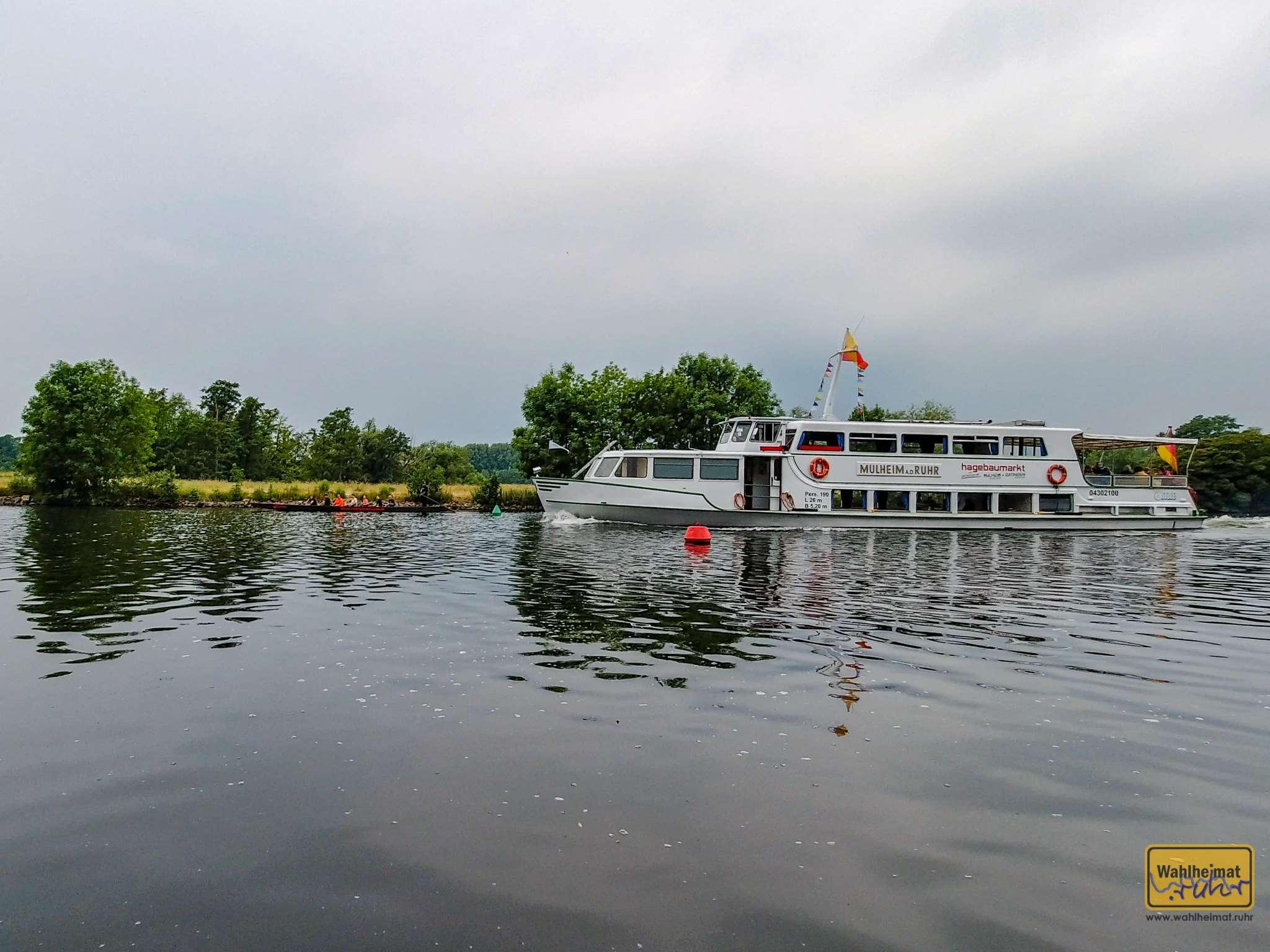 """Die weiße Flotte, hier mit dem Schiff """"Mülheim an der Ruhr""""."""