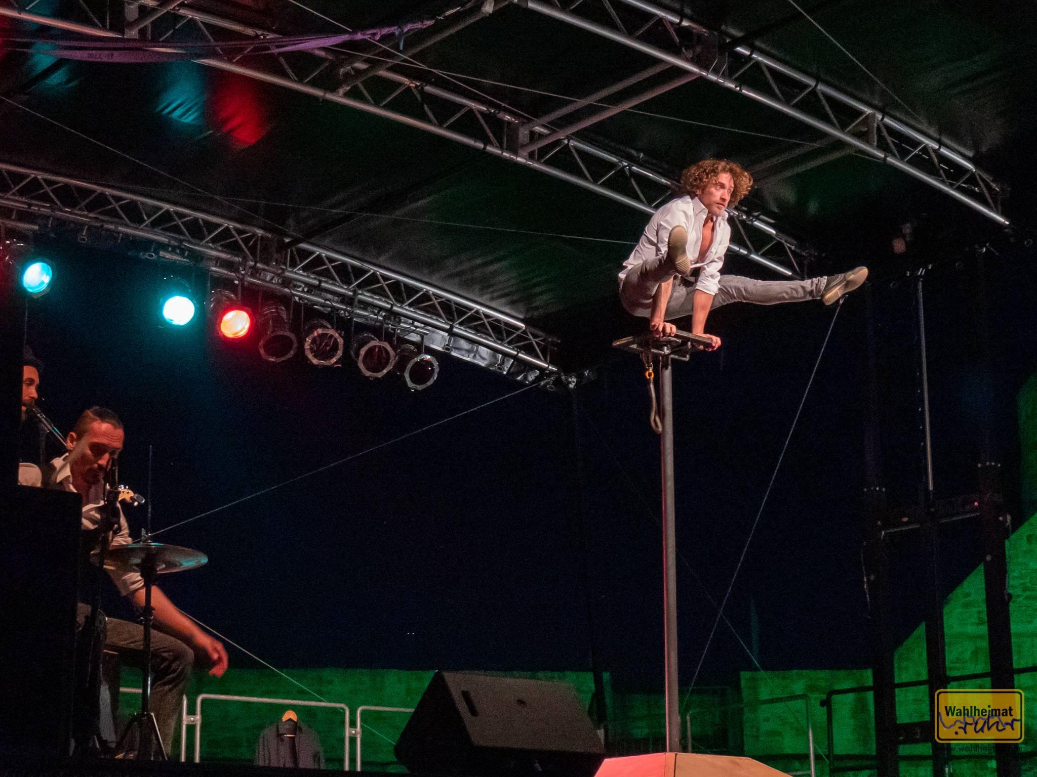 Trotz Performance auf Bühne und luftiger Höhe...