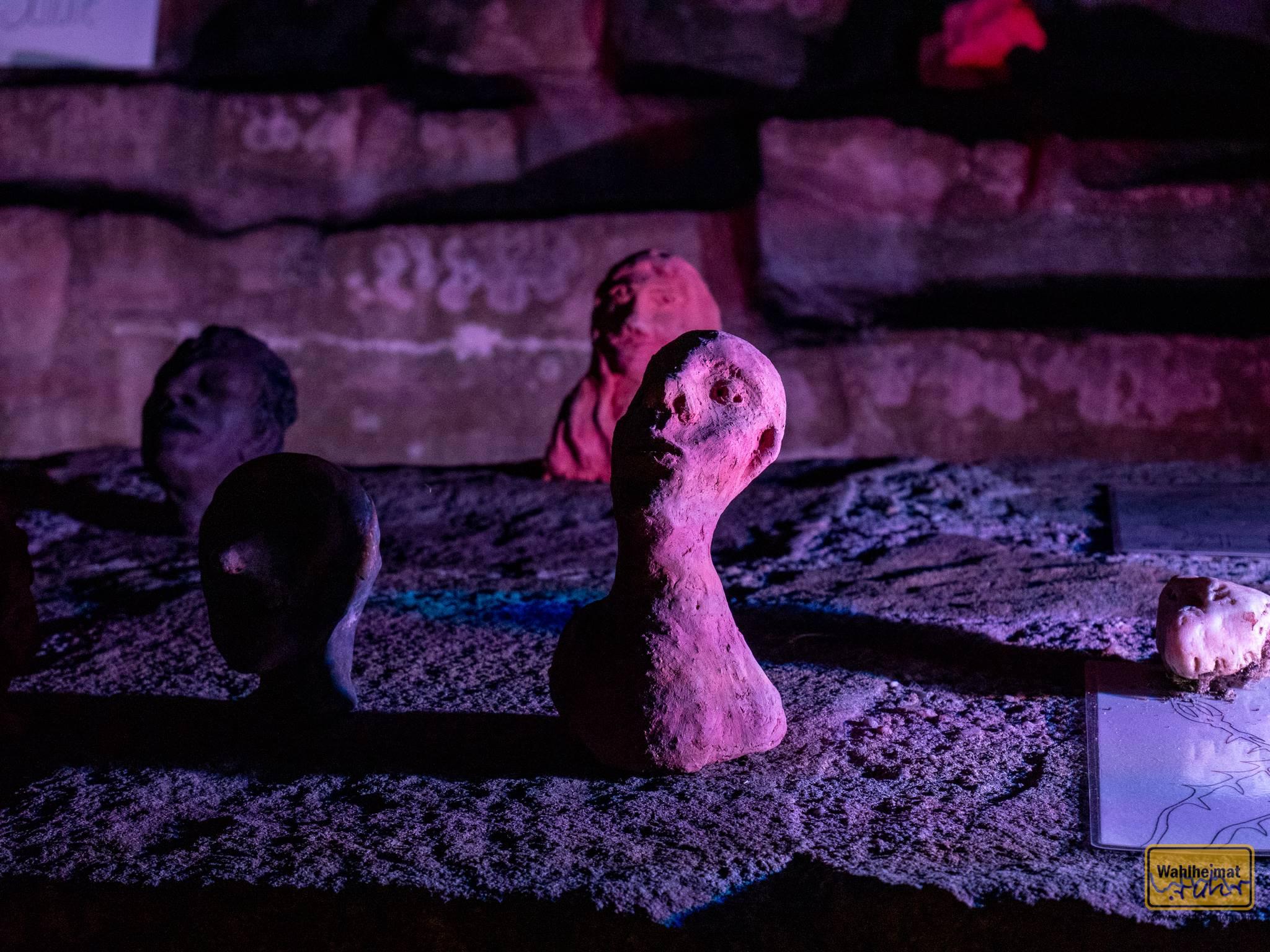 Eine Installation von Tonfiguren der Gruppe UnArt.