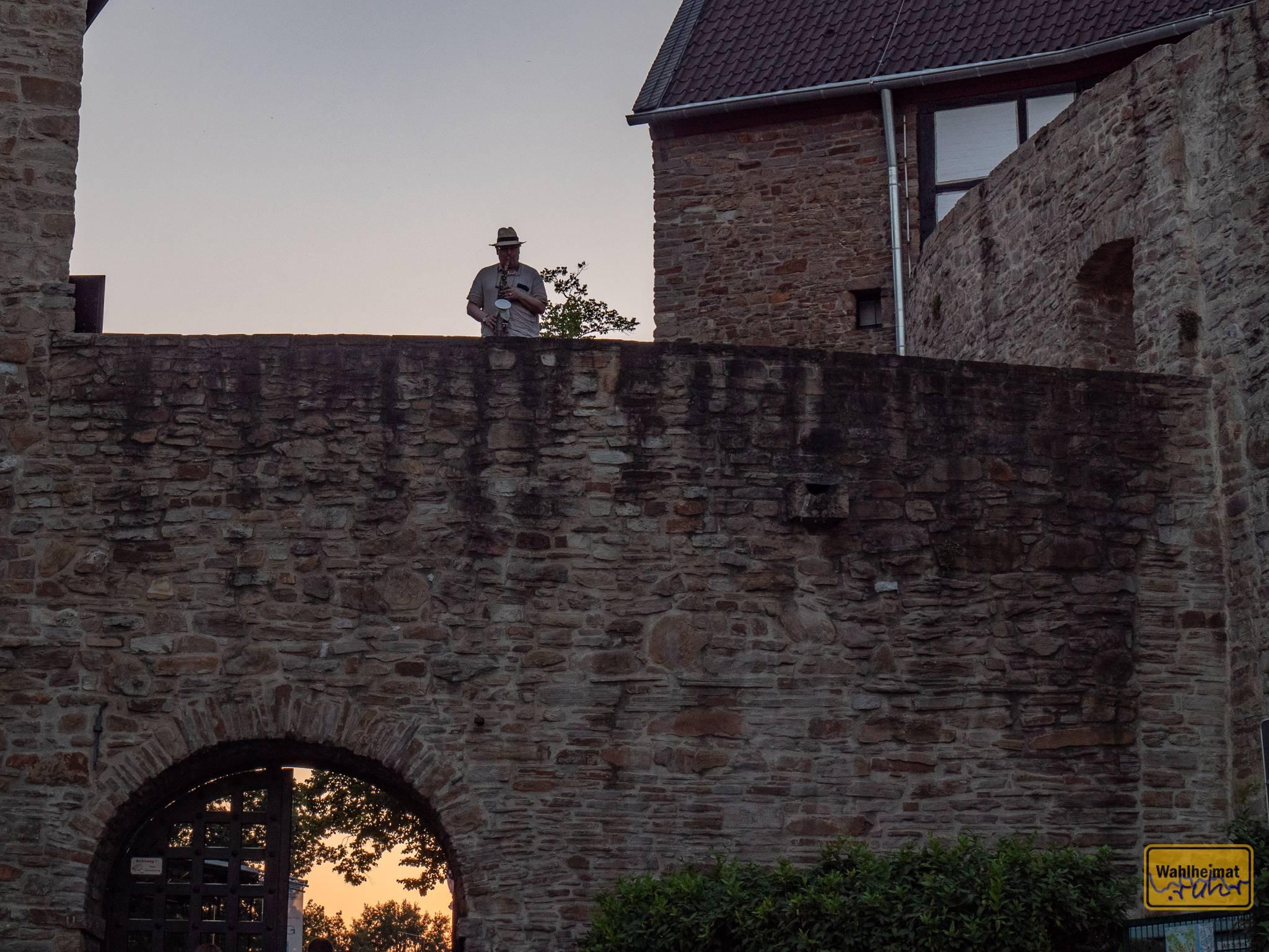 The lonely piper, äh, Saxophonist auf der Schlossmauer.