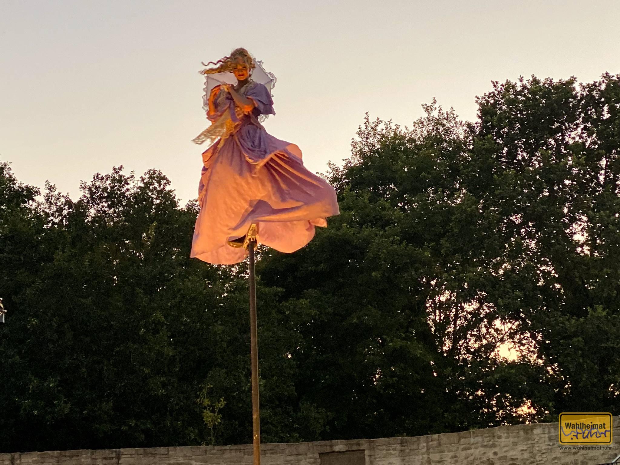 Hui! Die fliegende Luise! Grazil schwebt sie in 5 Meter Höhe durch die Mülheimer Schloss-Luft.