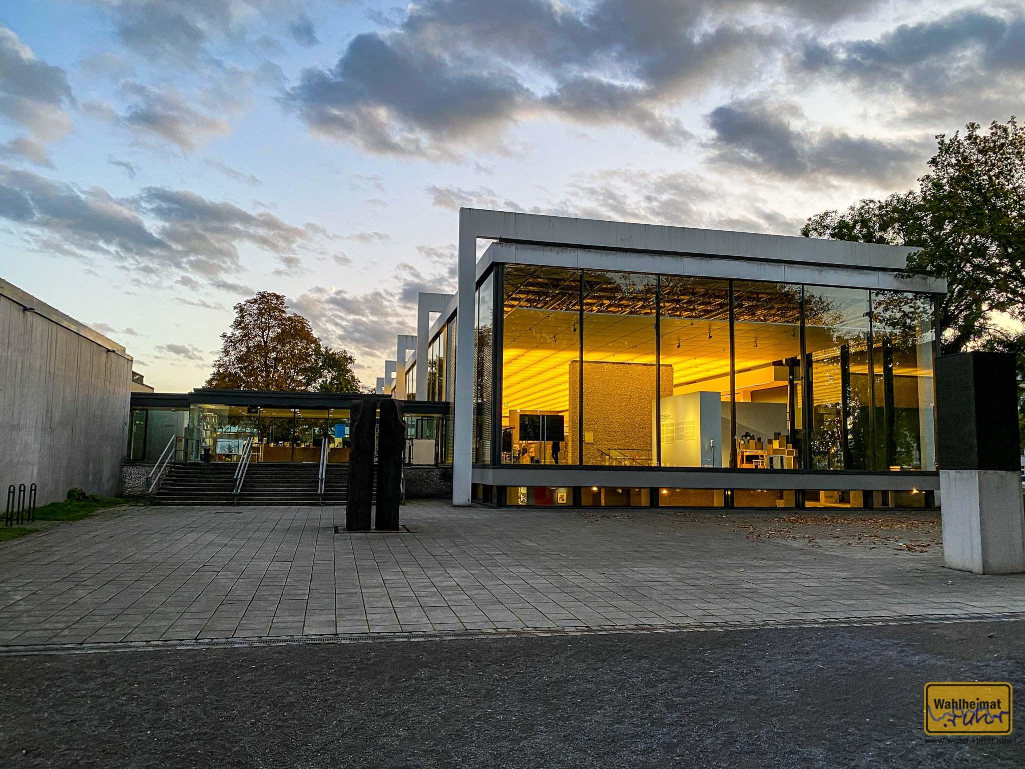 Das Lehmbruck-Museum zur Abendzeit.