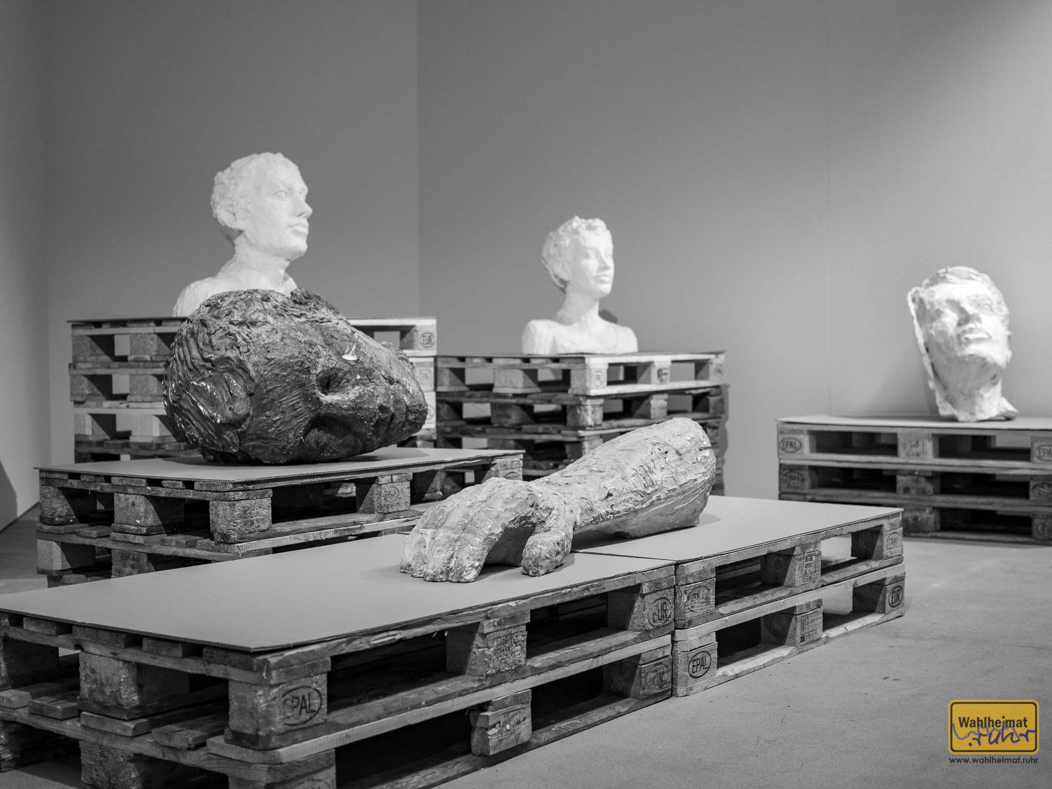 Gips-Abdrücke etwa des Toronto-Mannes, oder von Mann und Frau vor der Zentralbibliothek Hamburg repräsentieren einige der Werke im öffentlichen Raum. © VG Bild-Kunst, Bonn 2020