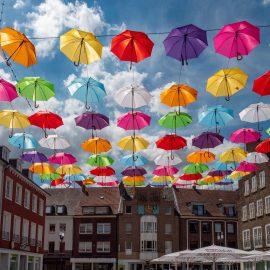Dorsten – bunte Schirme am Himmel über der Innenstadt